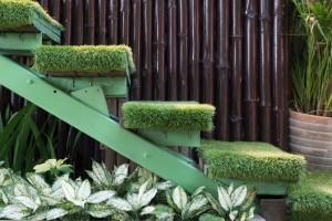 cesped artificial decorativo interior alfombra y escaleras