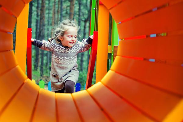 cesped-artificial-parques-infantiles-mobiliario